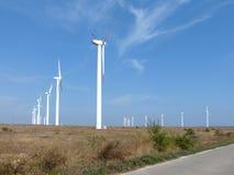 Reihen von Windkraftanlagen Lizenzfreies Stockbild