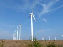 Reihen von Windkraftanlagen Stockbild