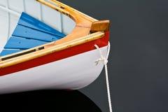 Reihenboot auf dunklem Wasser Stockfotografie