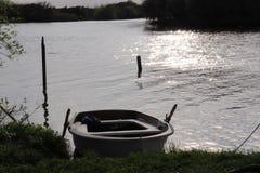 Reihenboot in dem Fluss stockbild