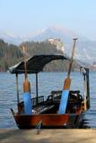 Reihenboot in dem See verlaufen Stockfotografie