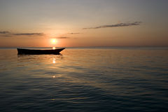 Reihenboot am Sonnenuntergang in Zanzibar Afrika 1 Lizenzfreie Stockfotos