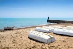 Reihenboote auf dem Ufer des Michigansees Stockfoto
