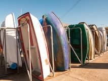 Reihenboote geparkt vereinbart am Jachthafen charmouth Dorset-Sommertag lizenzfreies stockfoto