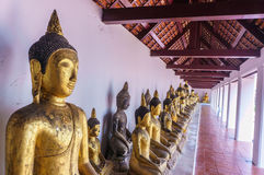 Reihenbuddha-Statue bei Wat Phra Borommathat Chaiya Stockfoto