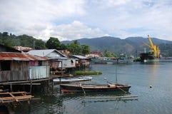 Reihenhäuser an der Küstenlinie Jayapura lizenzfreie stockfotos