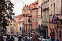 Reihenhäuser mit traditionellen roten Dächern in altem Marktplatz Prags in der Tschechischen Republik Lizenzfreies Stockbild