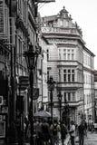 Reihenhäuser mit traditionellen roten Dächern in altem Marktplatz Prags in der Tschechischen Republik Lizenzfreies Stockfoto