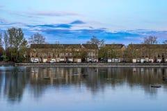 Reihenhäuser an Surrey-Wasser Stockfotos