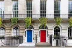 Reihenhaus mit roter und blauer Tür, London, Großbritannien Lizenzfreies Stockbild