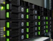 ReihenMagnetplattenspeicher im Rechenzentrum Stockfotos