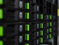 ReihenMagnetplattenspeicher im Rechenzentrum Lizenzfreies Stockfoto