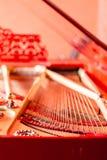 Reiht Nahaufnahme auf Roter klassischer Flügel der Weinlese Musikinstrumentzusammenfassung lizenzfreie stockfotos