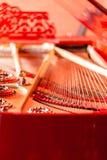Reiht Nahaufnahme auf Roter klassischer Flügel der Weinlese Musikinstrumentzusammenfassung stockfotos