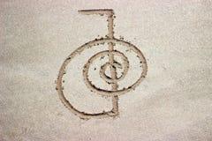 Reiki som läker rei för symbolchoku på sand fotografering för bildbyråer