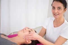Reiki terapia z dziewczyny działaniem jako spirytusowy uzdrowiciel obrazy royalty free
