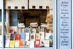 REIMS †'szampan - FRANCJA SIERPIEŃ 17, 2017: Księgarnia z drewnianą fasadą antyczne książki z retro urokiem Francja zdjęcie stock