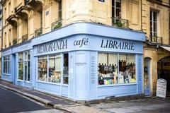 REIMS †'szampan - FRANCJA SIERPIEŃ 17, 2017: Księgarnia z drewnianą fasadą antyczne książki z retro urokiem frank zdjęcia stock
