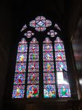 Reims, Francia - agosto de 2011: vitral de la catedral de Notre Dame en donde coronaron a los reyes de Francia foto de archivo libre de regalías