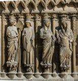 REIMS FRANCIA EL 2018 DE AGOSTO: estatuas de santos fuera de la catedral de Reims Está el asiento de la archidiócesis de Reims, d foto de archivo libre de regalías
