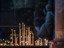 REIMS FRANKREICH AUG 2018: Kerzen in der Kathedrale von Reims Es der Sitz der Erzdiözese von Reims, in der die Könige von Frankre lizenzfreies stockfoto