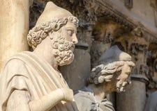 REIMS FRANKREICH AUG 2018: Statuen von Heiligen außerhalb der Kathedrale von Reims Es der Sitz der Erzdiözese von Reims ist, in d lizenzfreie stockfotos