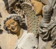 REIMS FRANKREICH AUG 2018: Statuen von Heiligen außerhalb der Kathedrale von Reims Es der Sitz der Erzdiözese von Reims ist, in d lizenzfreie stockbilder