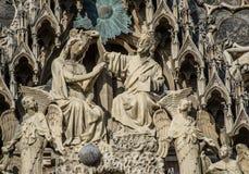 REIMS FRANKREICH AUG 2018: Statuen von Heiligen außerhalb der Kathedrale von Reims Es der Sitz der Erzdiözese von Reims ist, in d stockfotos