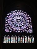Reims, Frankrijk - augustus 2011: gebrandschilderd glasvenster van de Notre Dame-kathedraal waar de koningen van Frankrijk werden royalty-vrije stock afbeelding