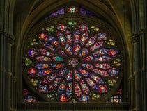 REIMS FRANKRIKE 2018 AUGUSTI: målat glassfönster av domkyrkan av reims Det är platsen av ärkestiftet av Reims, var fotografering för bildbyråer
