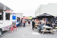 Reinício ou re: COMECE a alameda, um espaço varejo exterior que consiste em lojas e em lojas em uns contentores Fotos de Stock Royalty Free