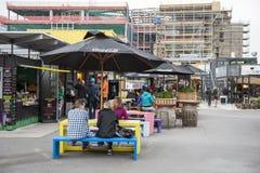 Reinício ou re: COMECE a alameda, um espaço varejo exterior que consiste em lojas e em lojas em uns contentores Imagem de Stock
