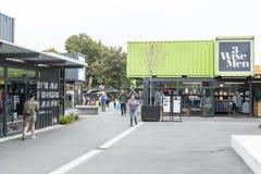 Reinício ou re: COMECE a alameda, um espaço varejo exterior que consiste em lojas e em lojas em uns contentores Foto de Stock Royalty Free