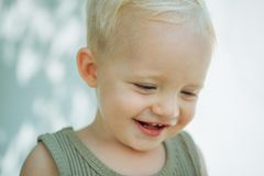 Rein als Lilie Wenig Kind mit entzückendem Lächeln Glückliches Schätzchen Glückliches Lächeln des Babys Genießen der glücklichen  lizenzfreies stockfoto