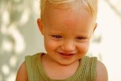 Rein und unschuldig Glückliches Schätzchen Glückliches Lächeln des Babys Wenig Kind mit entzückendem Lächeln Genießen der glückli stockfotografie