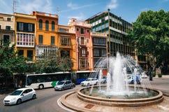 Reina τετράγωνο, Placa de Λα Reina με τα ζωηρόχρωμες σπίτια και την πηγή, Μαγιόρκα, Ισπανία στοκ εικόνα με δικαίωμα ελεύθερης χρήσης