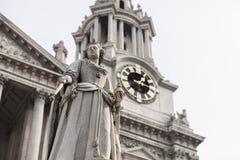 Reina Anne en al oeste de la catedral del St Pauls Imagenes de archivo
