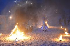 reina cosplay de la nieve de la muchacha, República de Karelia, parque de la montaña de Ruskealla, 07/01/2019 fotos de archivo libres de regalías