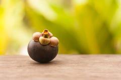 Reina de frutas, mangostán sobre la tabla de madera en el jardín fotografía de archivo