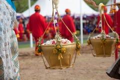 Reina de la ceremonia de arado que sostiene la cesta del oro y de la plata. Foto de archivo libre de regalías