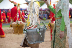 Reina de la ceremonia de arado que sostiene la cesta del oro y de la plata. Imagenes de archivo