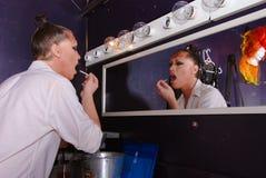 Reina de la fricción que aplica maquillaje. Imagen de archivo