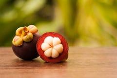 Reina de la fruta, del mangostán entero y del corte transversal mostrando el w foto de archivo