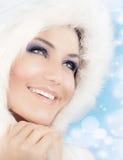Reina de la nieve, mujer hermosa en estilo de la Navidad Foto de archivo