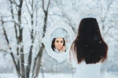 Reina de la nieve que mira en retrato mágico de la fantasía de Frost del invierno del espejo Imagen de archivo libre de regalías
