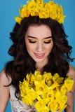 Reina de la primavera con el ramo de flores del narciso Fotos de archivo libres de regalías