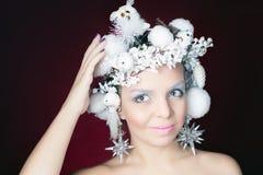 Reina del invierno con el peinado mágico blanco Foto de archivo