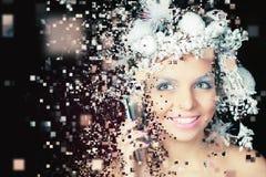 Reina del invierno con el peinado mágico blanco usando el teléfono móvil Fotos de archivo libres de regalías