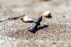 Reina del pedazo de ajedrez en la arena fotos de archivo
