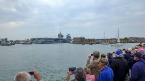 REINA ELIZABETH - el buque de guerra más nuevo y más grande del HMS de la marina de guerra real nunca - velas de Portsmouth para  fotografía de archivo